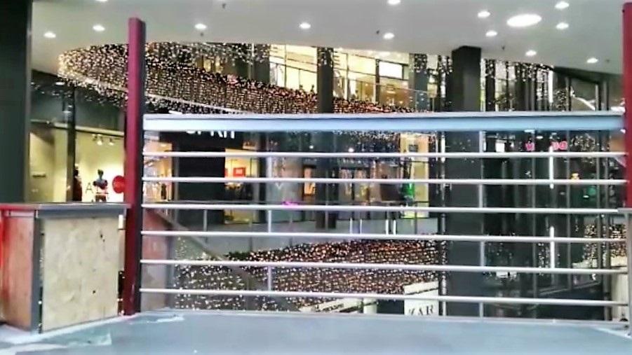 """Special : transparant rolluik """"omgekeerd"""" voor entree Piazza Center Eindhoven"""